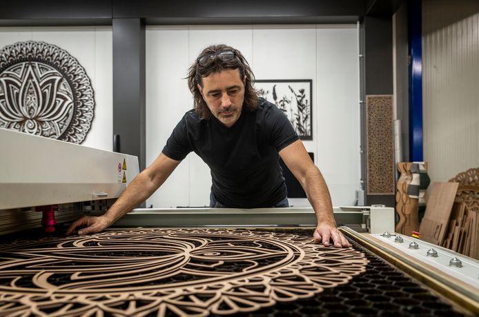 Creatief maker Ronald Sponselee aan het werk in zijn atelier/werkplaats op Sectie-C in Eindhoven.