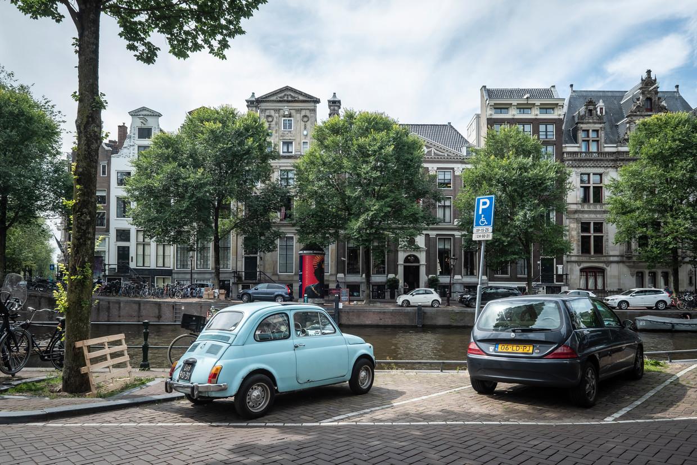 Het weghalen van alle parkeerplaatsen langs de Herengracht biedt mogelijkheden om de binnenstad te vergroenen. Beeld Dingena Mol