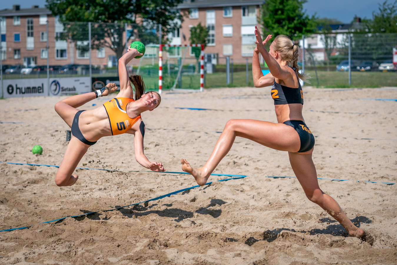 Claudia ter Wal - rechts, in een training met Marit van Ede (5) - gaat met Oranje naar het EK beach handball.