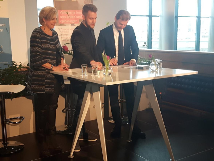 Directeur Patrick Lammers (rechts) en leerkracht Guus Schonenberg tekenden onder toeziend oog van prinses Laurentien.