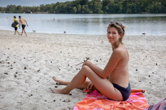 Marieke van der Kruijs uit Vught mag aan de IJzeren Man alleen topless zonnen op een verlaten stukje strand.