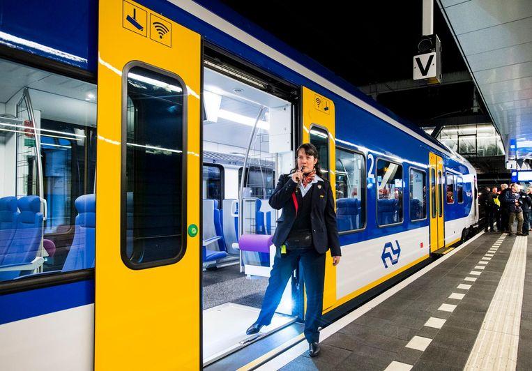 De nieuwe sprinter van NS op het centraal station van Arnhem. Beeld anp