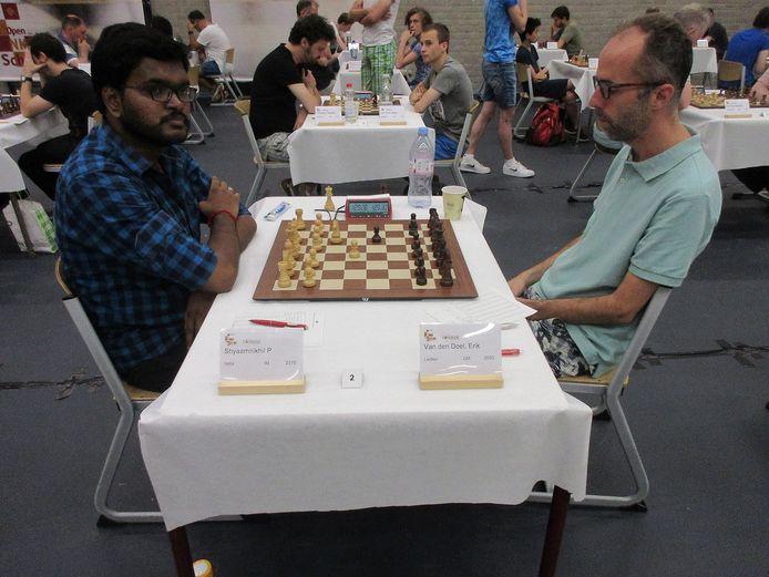 Erik van den Doel (rechts) is na zijn winst op de Indiër Shyaamnikhil in de achtste ronde van het Open Nederlands kampioenschap schaken een van de twee koplopers.