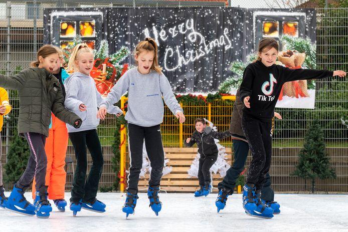 Schaatsen bij Playground De Rommelkist in de Arnhemse wijk Geitenkamp. Daar werd de schaatsbaan voor het eerst opgebouwd.