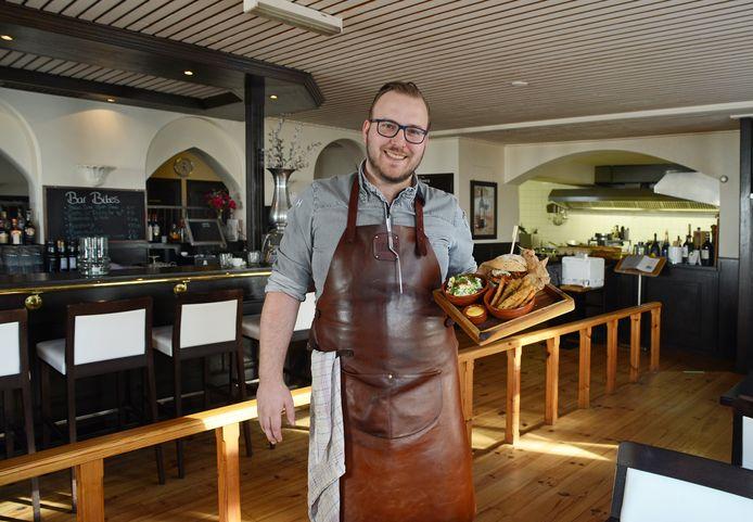 Chef Nando van As van brasserie De Cleenne Mossel in Bruinisse met de kreeftenburger.
