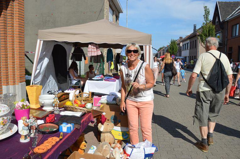 Ann Camaert uit Denderleeuw had het naar haar zin met haar kraampje op 'Grootste Garageverkoop en Rommelmarkt van Vlaanderen' in Welle.