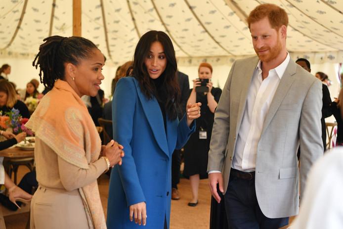 Meghan, hertogin van Sussex met haar moeder Doria Ragland (links) en prins Harry afgelopen september bij slachtoffers van de brand in de Grenfell-toren.