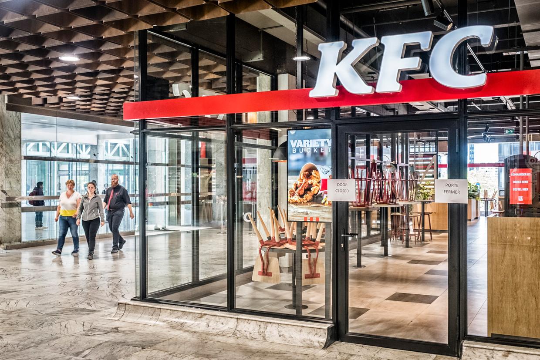 Kentucky Fried Chicken opent in station Brussel-Noord zijn eerste Belgische vestiging. In Elsene poogt het gemeentebestuur een ander KFC-filiaal te weren. Beeld Tim Dirven