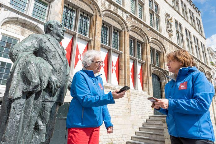 Dankzij Mieke Elseman (links) en Jannie Bom kan iedereen met een app door Bergen op Zoom wandelen en de stad ontdekken.