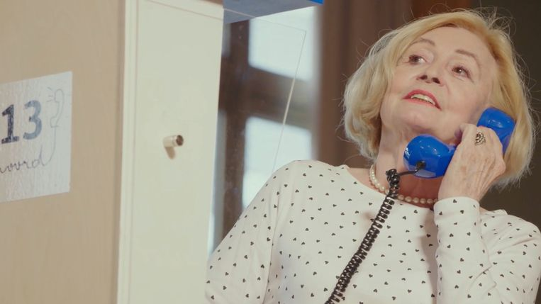 Leah Thys telefoneert met een vrijwilliger van de zelfmoordlijn.