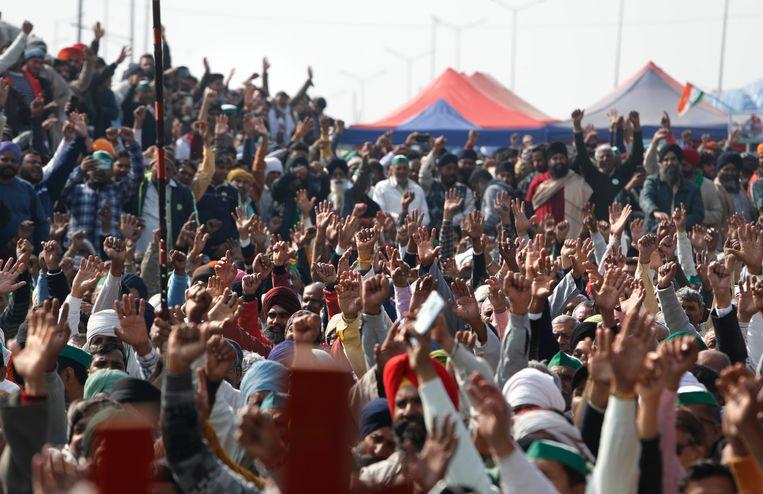 Enkele dagen geleden vond er in New Delhi nog grootschalig protest plaats tegen de boerenwetten, zonder mondmasker. Beeld AP