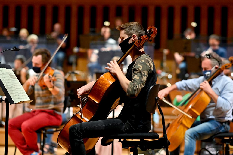 Het Brussels Philharmonic repeteert in Flagey voor coronaproof concerten in het nieuwe seizoen. Beeld BELGA