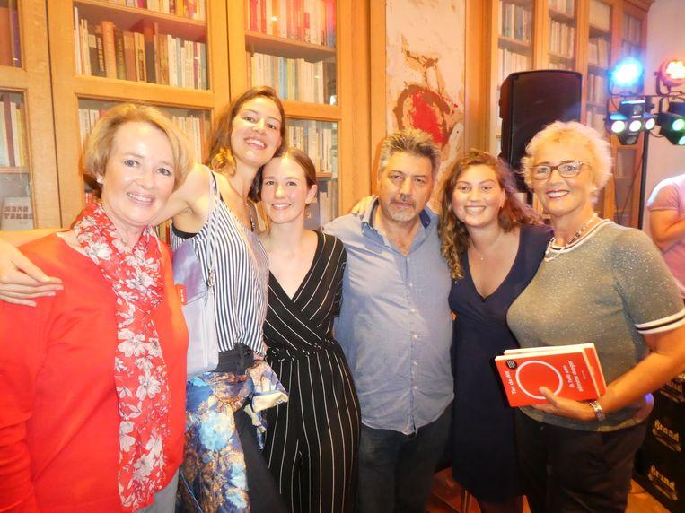 Familieportret: moeder Els, zus Eva en vrouw Abi de Wit, oom Gültekin Gülcür, nicht Meral Gülcür en tante Marja Schavemaker. Beeld Hans van der Beek