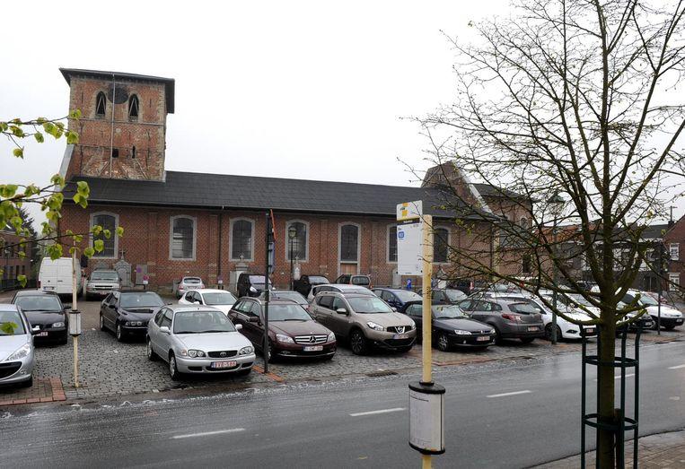 De Sint-Pieterskerk in Galmaarden brandde uit in 2008. Het bisdom wil er geen religieuze functie meer aan geven, maar eist wel een afgelijnde herbestemming.