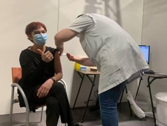 Hilde krijgt eerste prik in vaccinatiecentrum Pallieterland