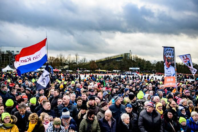 Duizenden fans zijn op de been in Rucphen. Ze moedigen met spandoeken hun favoriet aan.