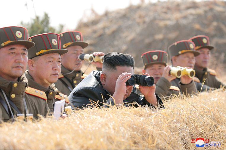 De Noord-Koreaanse leider Kim Jong Un tijdens een artilleriewedstrijd, beeld vandaag vrijgegeven door het Korean Central News Agency (KCNA). Beeld via REUTERS