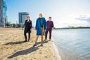 Op deze plek bij de Zevenhuizerplas in Nesselande zou het nieuwe zwembad kunnen komen. Initiatiefnemer Esther Schulte (midden) met links Helen Richardson en rechts Jan Lemmers.