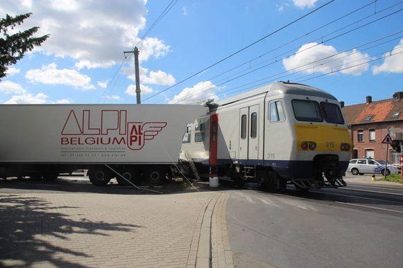 De vrachtwagen raakte beschadigd, in de trein vielen drie gewonden