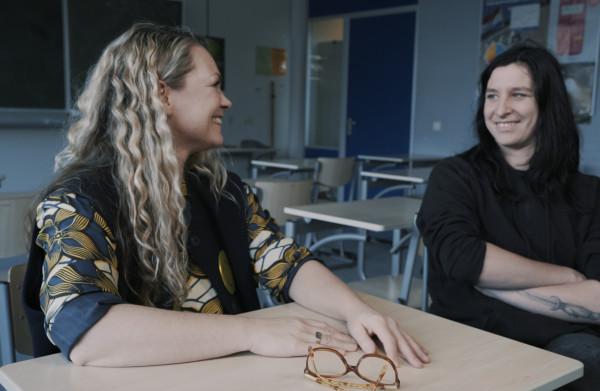 Jildou van der Bijl over haar schooltijd: 'Op dat moment begon ook **het tongen in portieken**'