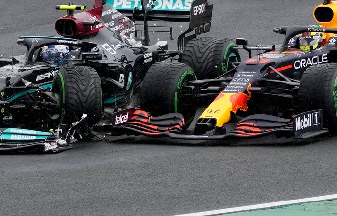 La Mercedes de Valtteri Bottas en collision la Red Bull de Sergio Perez durant le Grand Prix de F1 en Hongrie.