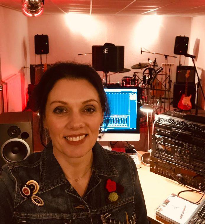 Erna Hemming, geboren als Erna Hemmink. In haar studio in Laren.