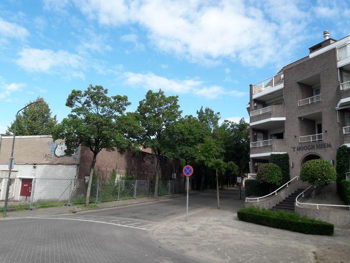 Tegenover de verpauperde kartonnagefabriek aan de Baerdijk in Oisterwijk staat het vier lagen hoge appartementencomplex 't Hoogh Heem
