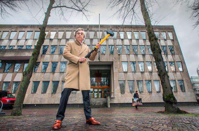 Liefst zou Martin Geerling deze sloophamer nog echt gebruiken ook. Vreselijk vindt hij de voormalige Amerikaanse ambassade, die nu wegkwijnt.
