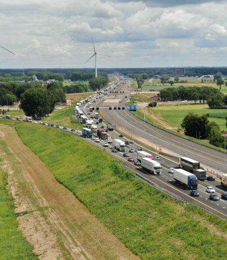 Kapotte vrachtwagen zorgt voor lange file op A1 tussen Kootwijk en Apeldoorn