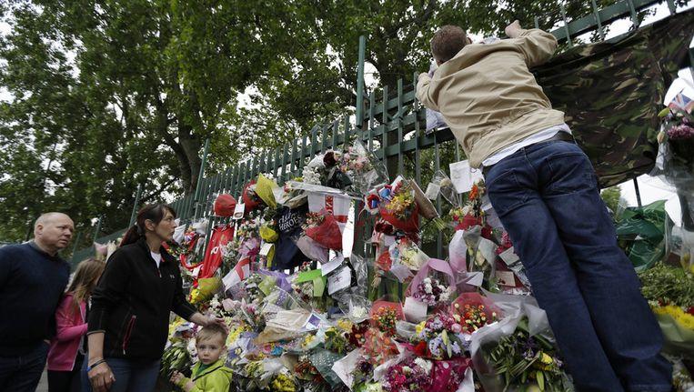 Bloemen op de plek in Woolwich waar Lee Rigby werd vermoord. Beeld ap