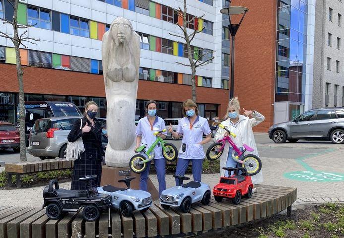 Ook in het Herentalse ziekenhuis werden fietsjes en loopwagens overhandigd