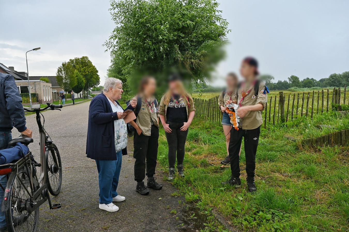 Bliksem slaat in boom in in Moergestel. Scouts stonden in veld vlakbij. De scouts mogen niet herkenbaar in beeld worden gebracht.