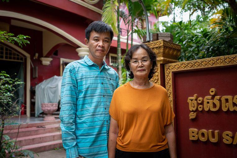 Portret van Horn Bovorn, 36 jaar oud, eigenaar van pension Bou Savy, en zijn moeder. Beeld Antoine Raab