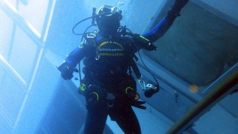 Een duiker in de Costa Concordia. Beeld EPA