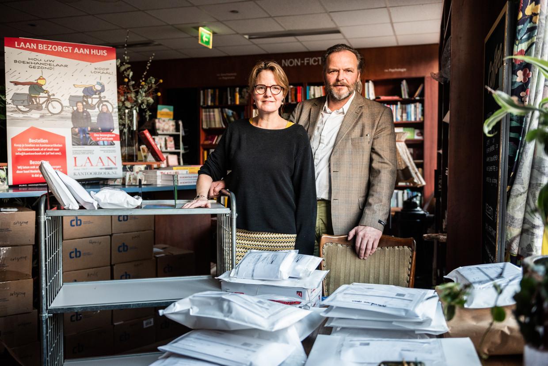 Hans Laan en zijn vrouw Rachel de Wit in boekhandel Laan in Castricum.  Verkoop kan enkel nog per post of door zelf te bezorgen.  Beeld Simon Lenskens