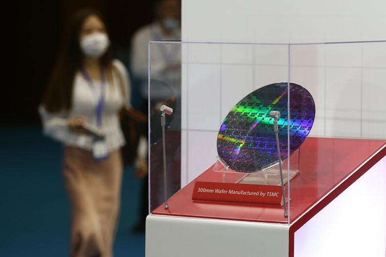 Een display met een 300m-wafer  van chipfabrikant Taiwan Semiconductor Manufacturing Company (TSMC) in Nanjing, China. Beeld Getty Images