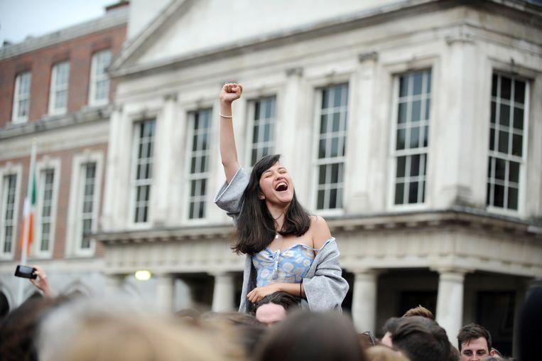 Mensen vieren de uitkomst van het referendum over de legalisering van abortus.