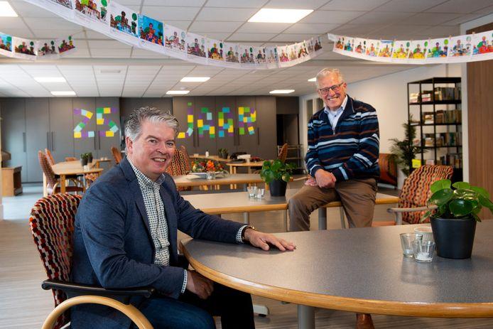 Kees Zwaan (links), voorzitter van Stichting Ontmoetingscentrum Koningin Wilhelminahof Uddel en Kees Roos, voorzitter van de Stichting Vrijwillige Hulpdienst Uddel.