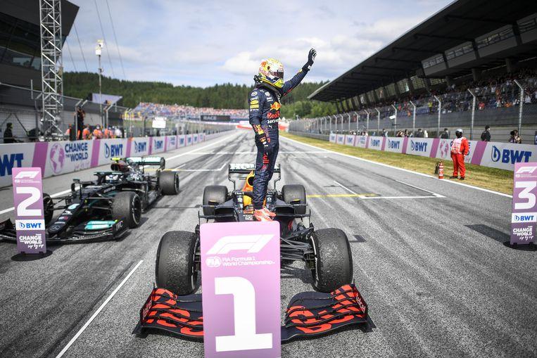 Max Verstappen bedankt zijn fans na de gewonnen race in Oostenrijk. Beeld Christian Bruna / EPA