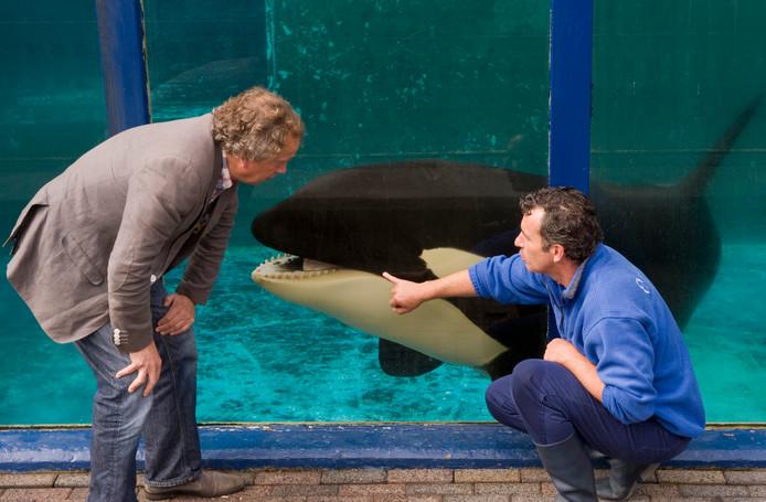 Staatssecretaris Henk Bleker (l) gaf in 2011 toestemming om orka Morgan te verhuizen van het Dolfinarium in Harderwijk naar Loro Parque op het Spaase eiland Tenerife.