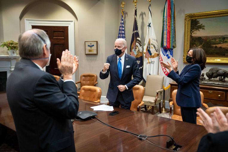 President Joe Biden en vicepresident Kamala Harris juichen als blijkt dat het 'coronapakket' van 1.900 miljard dollar is goedgekeurd.  Beeld Lawrence Jackson / The White House