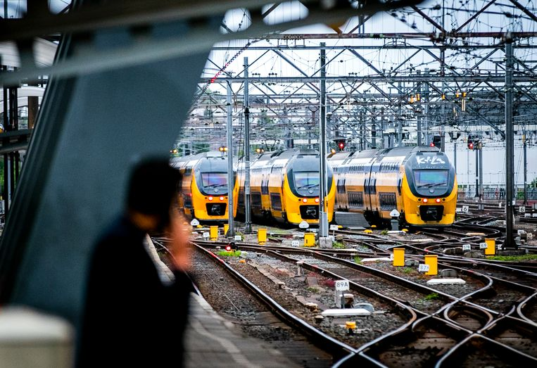 Treinen op Amsterdam Centraal. Reizigers op het IC-traject naar Brussel moeten vanwege aangekondigde acties rekening houden met een langere reistijd en uitval van treinen.  Beeld ANP