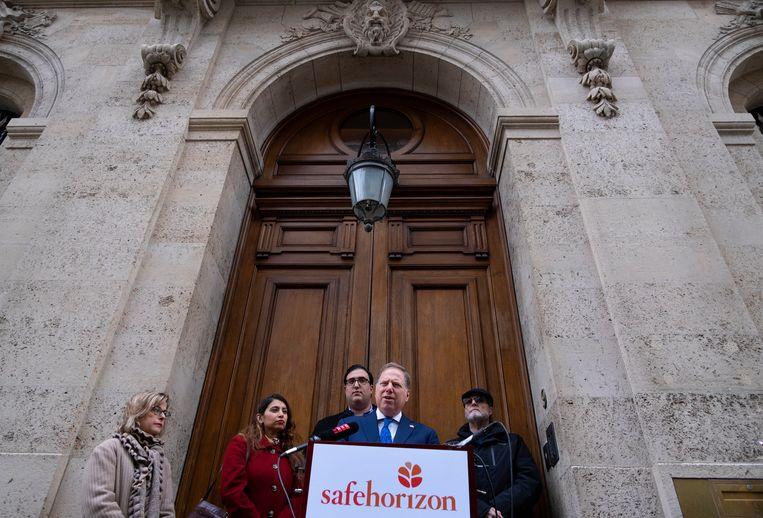Openbaar aanklager Geoffrey Berman klaagt op de stoep voor het huis van Jeffrey Epstein over het gebrek aan medewerking van prins Andrew.  Beeld AP