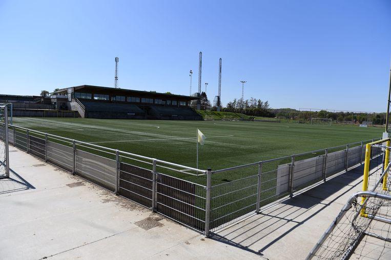 Bierbeek in tijden van corona: troosteloos voetbalterrein.