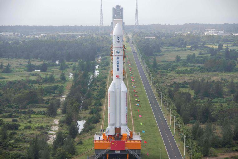 De Long March 5-raket, die maansonde Chang'e-5 moet lanceren, rijdt richting het lanceerplatform op het Wenchang ruimtecentrum in de zuidelijk Chinese provincie Hainan.  Beeld AFP