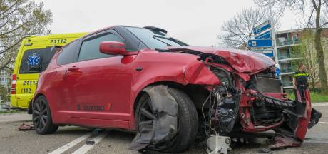 Twee auto's botsen op elkaar op kruising in Oss, blikschade is groot