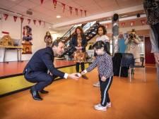 Lodewijk Asscher op Bonifatius-school in Enschede: 'Mijn vrouw leest de kinderen voor, bij mij vallen ze meestal in slaap'