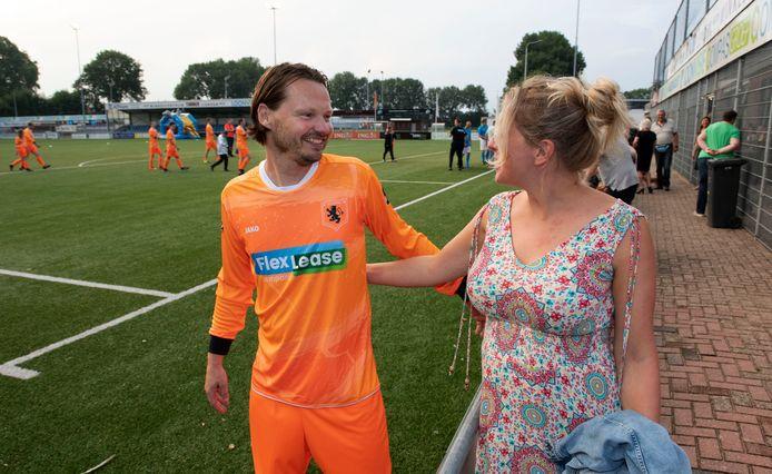 Marco van Eliveld, speler van het Nederlands Transplantatie Voetbalteam, zegt voor de wedstrijd zijn vriendin gedag.