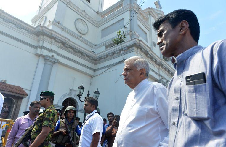 Premier Ranil Wickremasinghe (tweede van rechts) arriveert bij Sint-Antoniuskerk in Kochchikade in Colombo. Beeld null