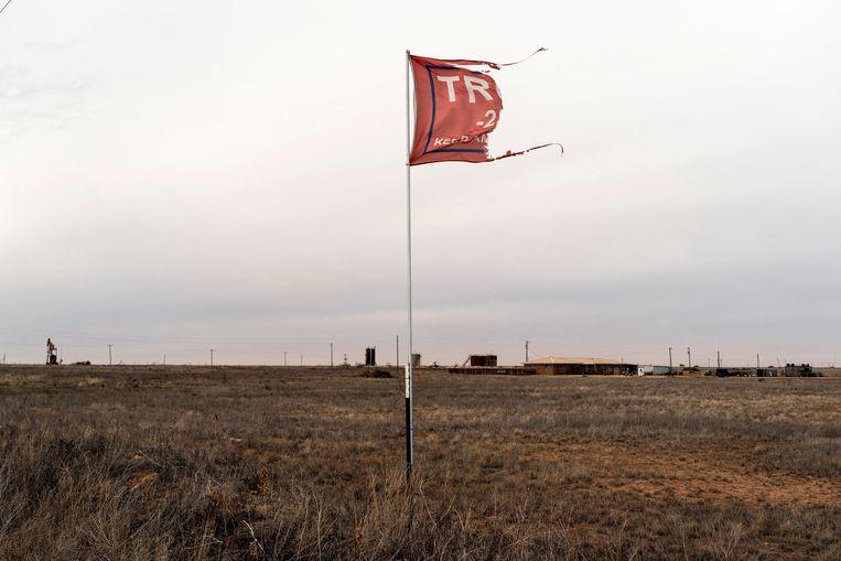 Een gescheurde Trump-vlag op het platteland in de buurt van Lamesa, Texas, VS, december 2020.  Beeld REUTERS